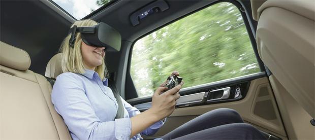 Spaceshuttel-VR-Ride auf dem Rücksitz eines Fahrzeuges