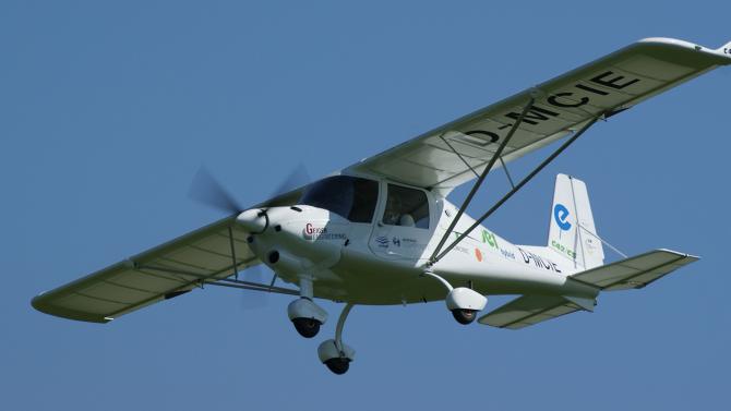 Ultraleichtflugzeug Ikarus C42 fliegt mit Hybridantrieb